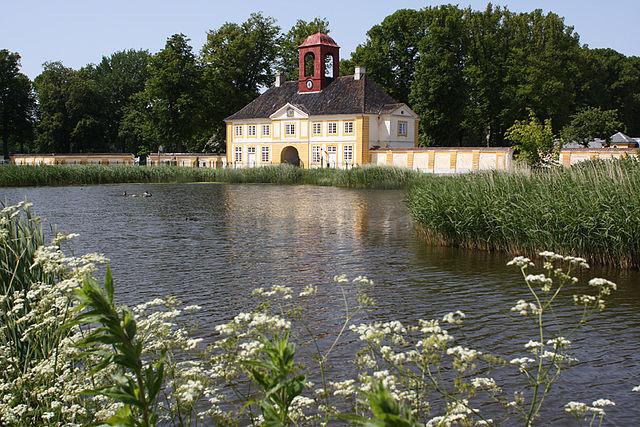 Vandring på Øhavsstien byder på mange godser og herregårde og på Tåsinge kommer man forbi Valdemar Slot. Her ses slottes porthus. Foto: Rriemann CC BY-SA 3.0, Wikimedia