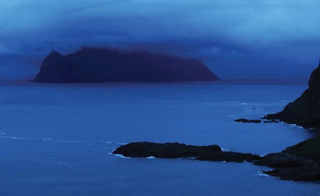 Et billede fra bogen af Mykines som er den ø på Færøerne der ligge længst mod vest.