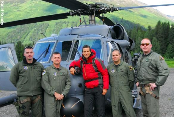 Vi fascineres af tv-programmer om overlevelse i naturen bl.a. serveret af værten Bear Grylls (i midten), bla. kendt fra Discovery Channel. Foto: Kalei Brooks, Alaska National Guard.