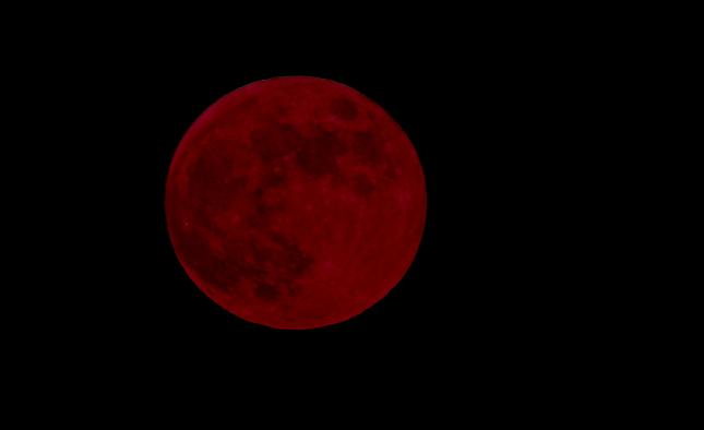 Blodmåne sker under total måneformørkelse, mens månen er fuld. Måne, jord og sol ligger i en lige linje, således at jorden skygger for månen. Månen kan blive rød, fordi solstråler under formørkelsen reflekteres gennem jordens atmosfære.