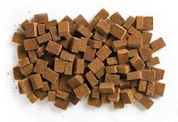 En kasse tændbriketter lavet af træmasse er billige. Medbring evt. nogle stykker på turen.