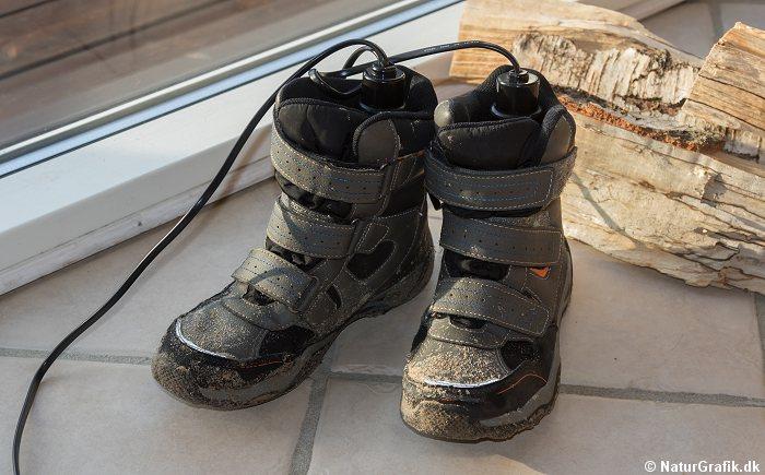 ddd92908411 Fugtige børnestøvler, vandrestøvler og skistøvler m.m. kan tørres med en  simpel støvletørrer til relativ få kroner – og let at have med på skiferier  og ...