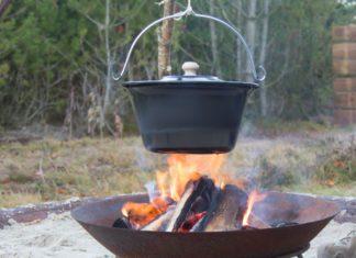 Sådan bager du brød over bål i en gryde