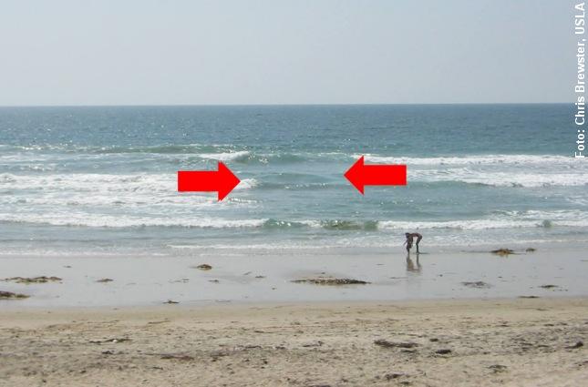 Revlehullet ses mellem de to pile. Her brydes bølgerne ikke over revlen. Foto: Chris Brewster, USLA.
