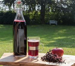 Hyldebærsaft kan drikkes både varmt og koldt.