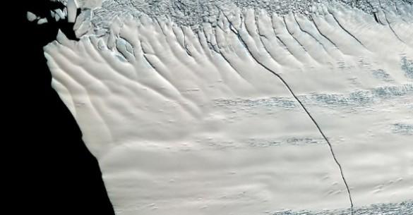 Forskere fra NASA opdagede for flere år siden en revne på tværs af Pine Island gletsjeren. Nu har isbjerget frigjort sig og bevæger sig mod åbent hav. Foto: NASA.