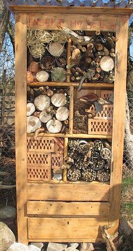 Et gammelt skab kan være rammen om insekthotellet.