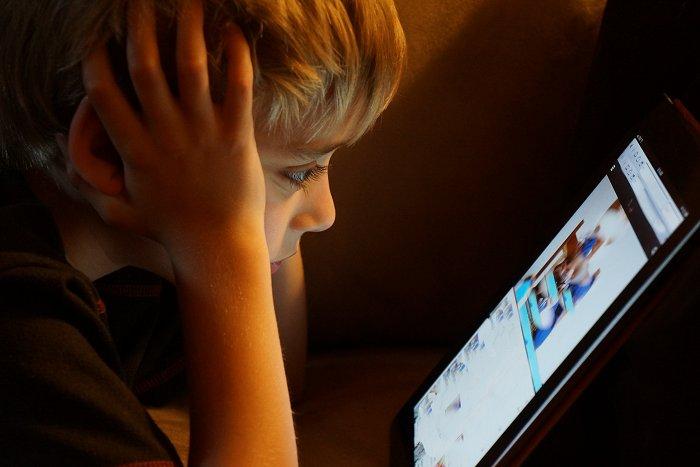Indendørs brug af iPad, tablets og telefon er ikke godt for øjnenes udvikling hos børn.