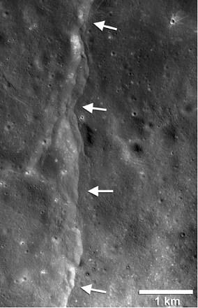 Det har vist sig, at Jordens tyngdekraft åbner forkastninger eller revner på Månen. Foto: NASA/LRO/Arizona State University/Smithsonian Institution.