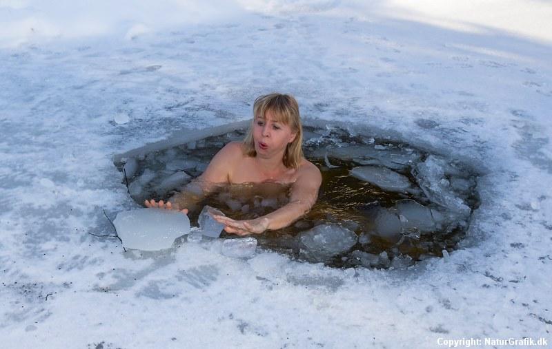 Marianne Riis tager temperaturen på vinterbadning