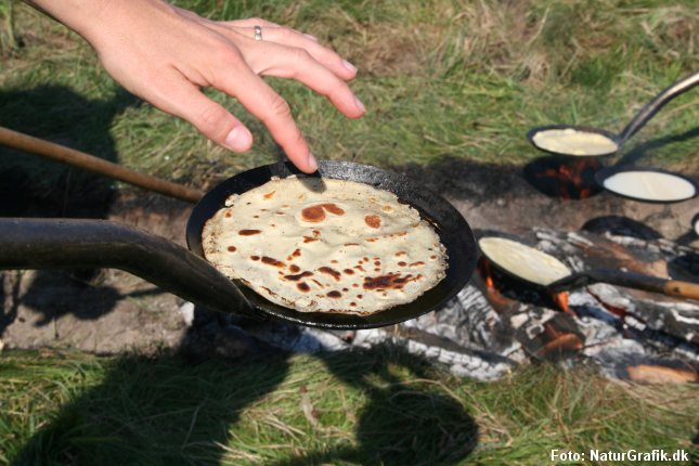 Det er en hyggelig og populær aktivitet at lave pandekager over bål.